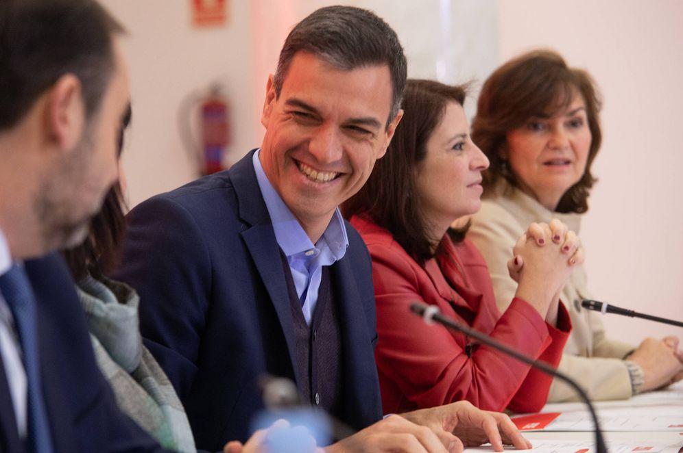 Foto: Pedro Sánchez charla con Cristina Narbona y José Luis Ábalos, ante Adriana Lastra y Carmen Calvo, este 18 de febrero, en la reunión de la ejecutiva del PSOE. (Inma Mesa | PSOE)