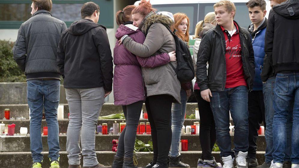 Foto: Amigos de los escolares alemanes que viajaban en el A320 acuden a su colegio en Haltern. (EFE)