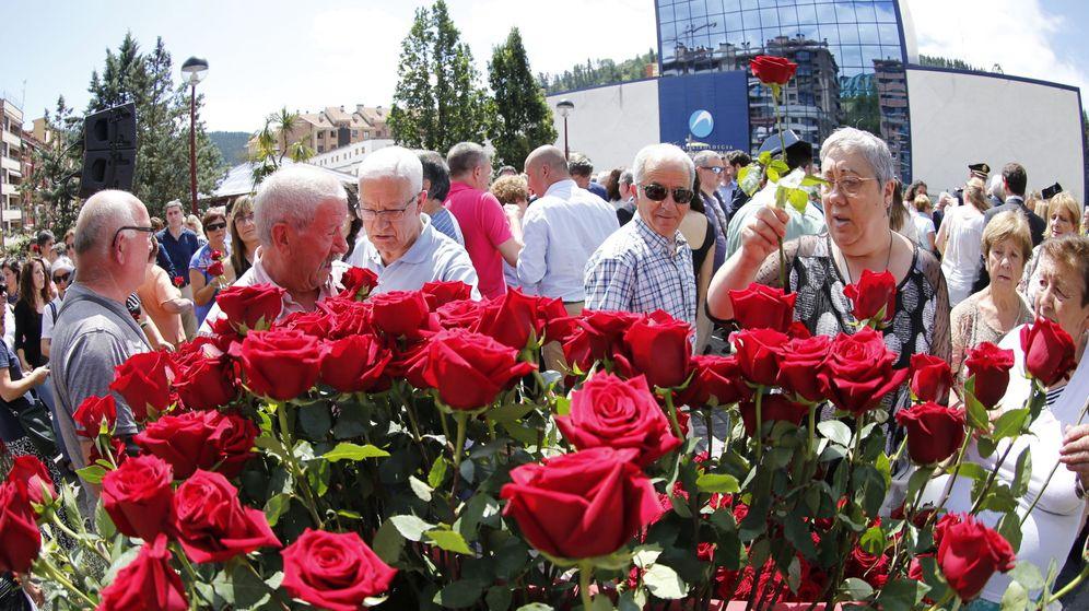 Foto: Vecinos de la localidad vizcaína de Ermua ponen rosas. (EFE)