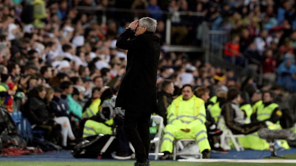 Foto: Quique Setién se lamenta tras una ocasión fallada por el FC Barcelona en el partido contra el Real Madrid. (EFE)