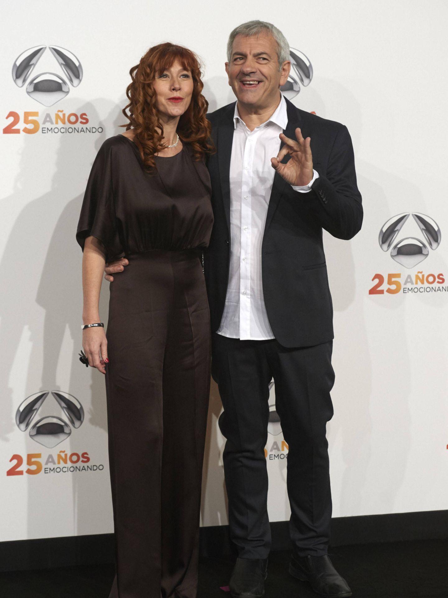 El presentador y actor, con su mujer, Patricia Santamarina. (Getty)