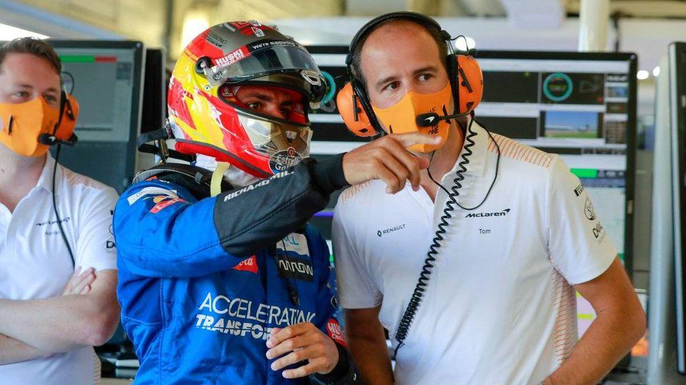 Foto: Carlos Sainz, con su ingeniero Tom Stallard en la segunda sesión de libres en Silverstone (McLaren)