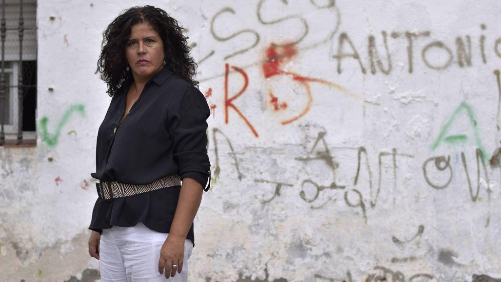 Foto: Laura Baena, La Tota en la serie 'Malaka', la semana pasada en las calles del barrio de La Palmilla de Málaga. (Roberto Martín)
