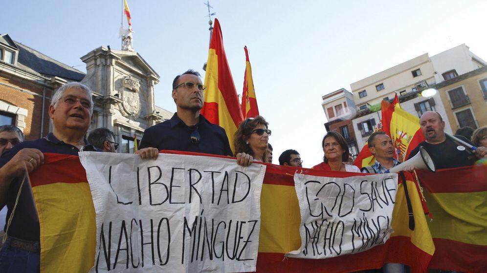 Foto: Concentración frente al Ministerio de Asuntos Exteriores para pedir la liberación del presidente de Vox en Madrid, Nacho Mínguez. (EFE)