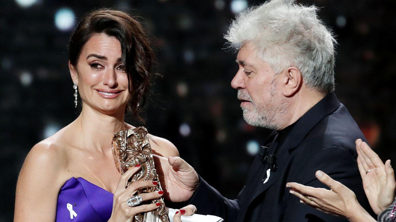 Penélope Cruz, con Pedro Almodóvar, recibiendo su César de Honor. (Reuters)