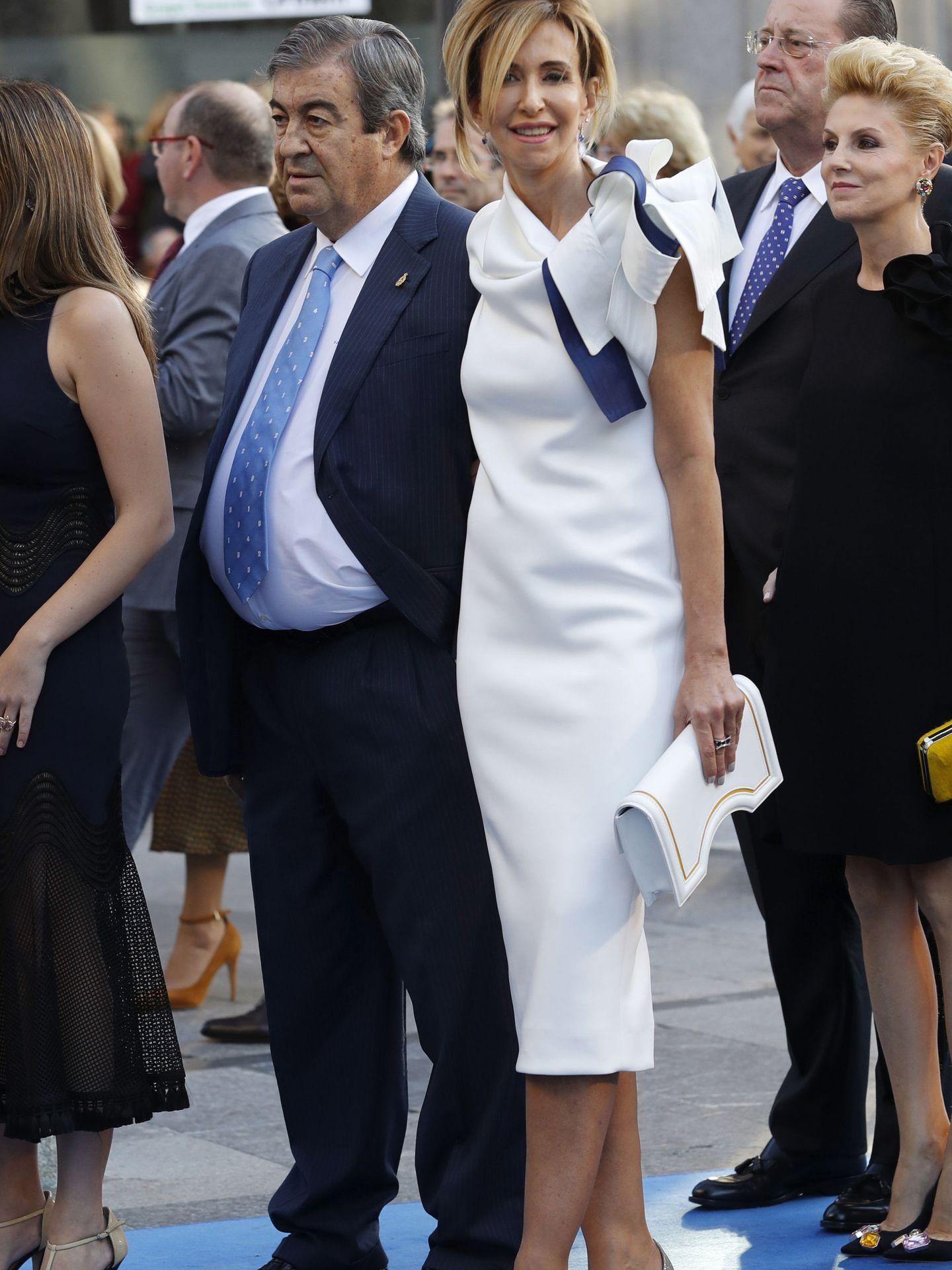 El ex ministro Francisco Álvarez Cascos con María Porto, en los Premios Princesa de Asturias de 2016. (EFE)