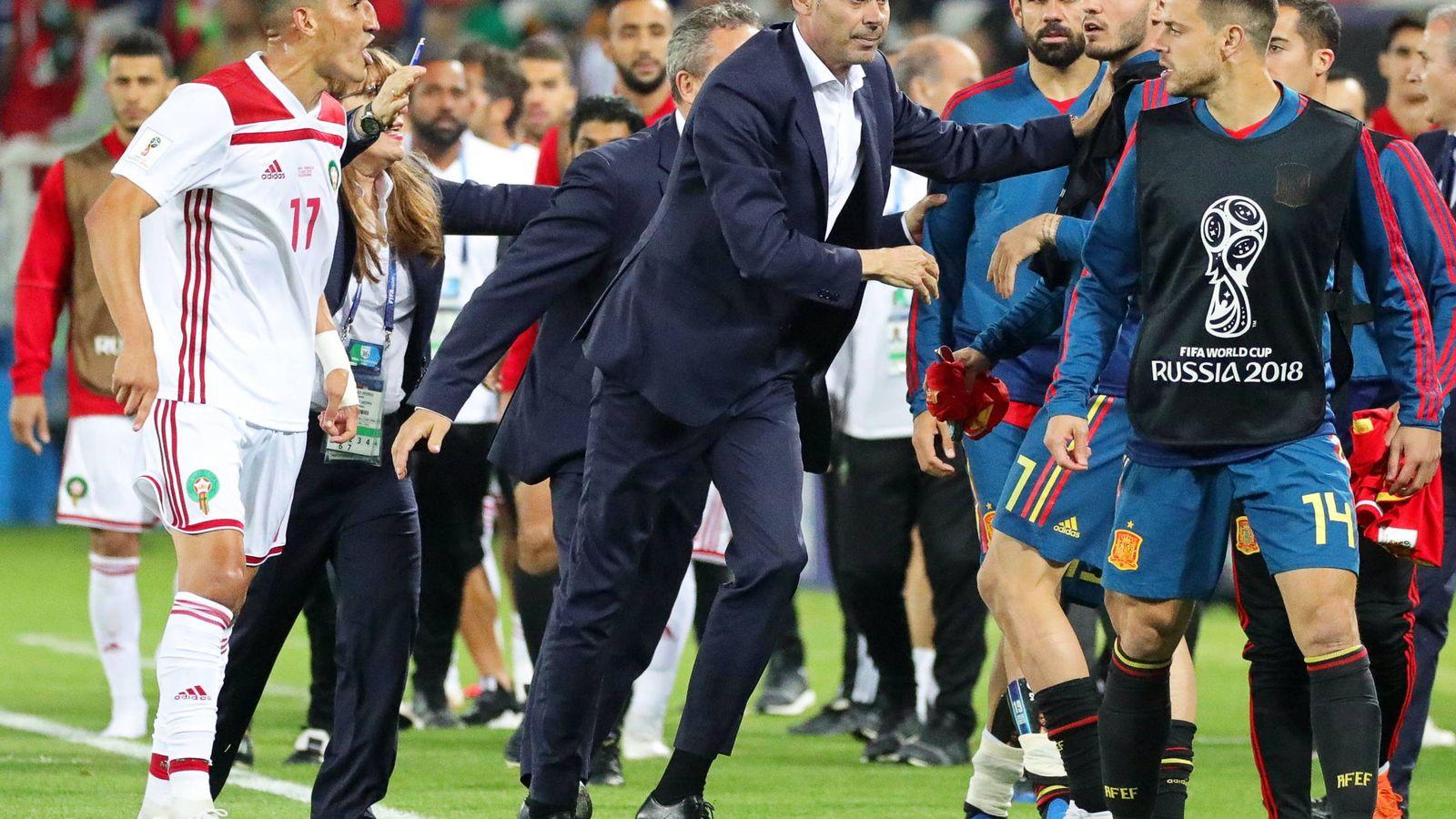 Foto: Hierro separa a sus jugadores en la tangana. (EFE)