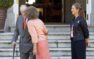El beso fugaz de la reina Sofía a don Juan Carlos ante la prensa