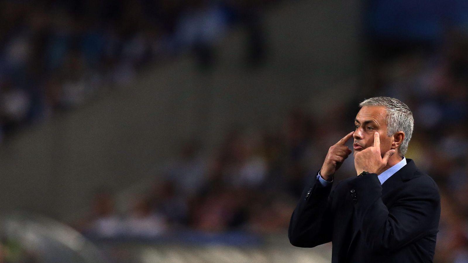 Foto: Mourinho da instrucciones a sus jugadores durante un partido de la presente temporada (Efe).