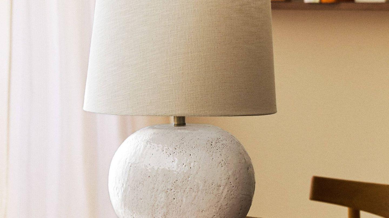 Lámpara de cerámica de Zara Home. (Cortesía)