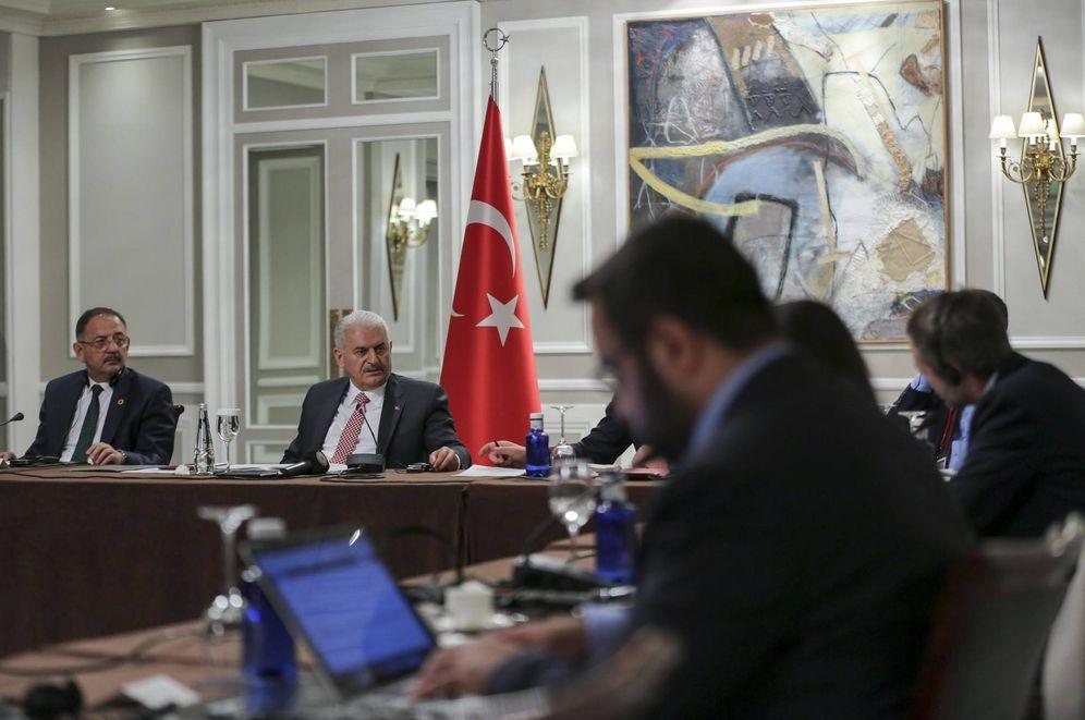 Foto: El primer ministro turco durante el encuentro con seis medios de comunicación españoles.