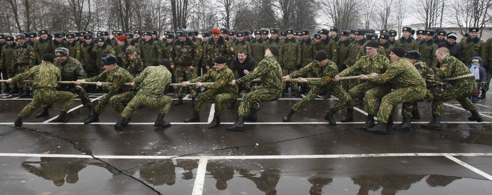 Foto: Imagen de una competición de 'tug of war' entre militares. (Reuters)