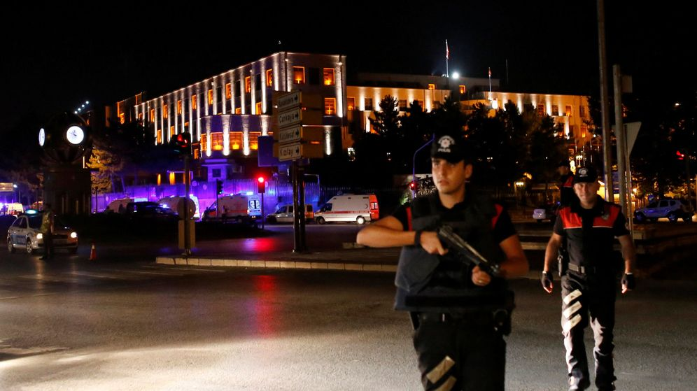 Foto: Police officers stand guard near the turkish military headquarters in ankara