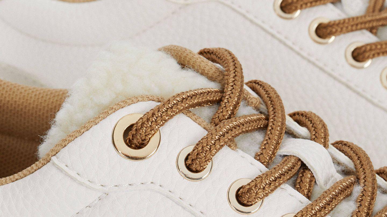 Zapatillas deportivas de Parfois con detalle de borreguito. (Cortesía)