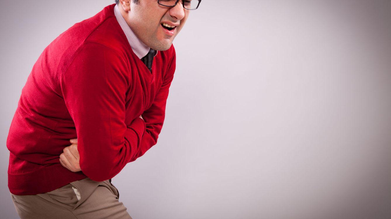 Foto: Te duele y además das el cante en la oficina. Acaba con este malestar ya. (iStock)