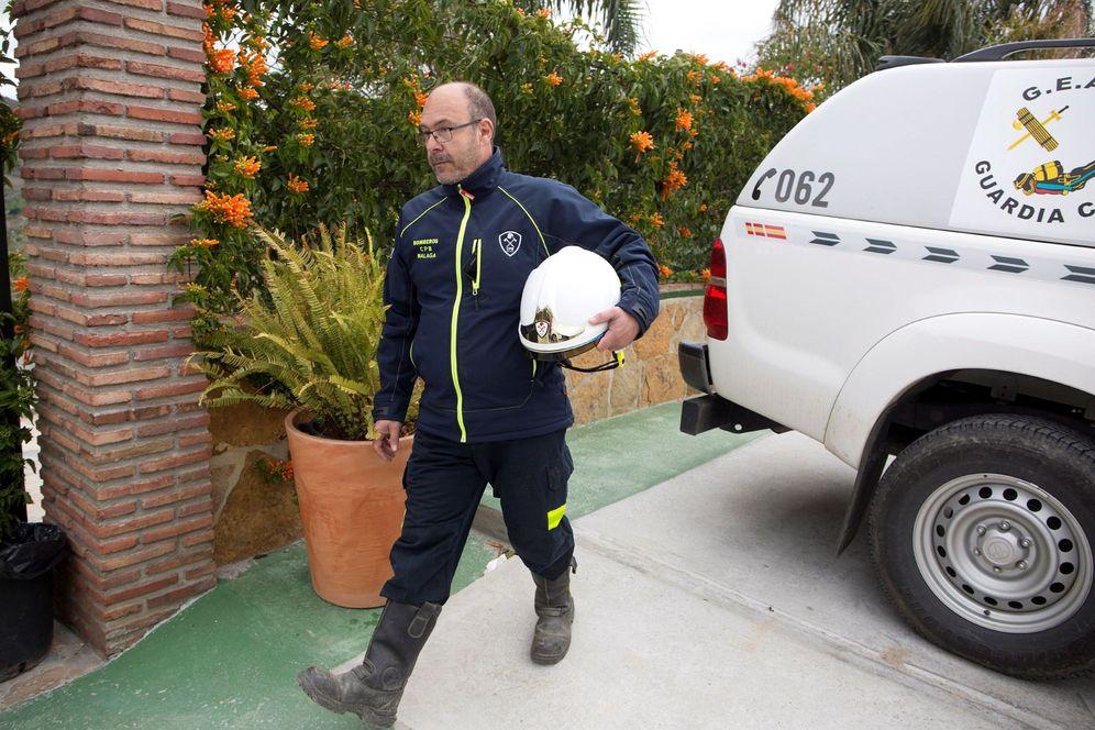 Foto: Julián Moreno, jefe del Consorcio Provincial de Bomberos de Málaga, al acceder al puesto de mando del operativo. (EFE)