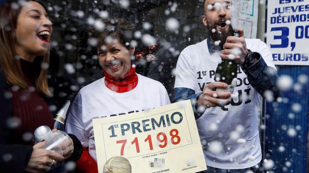 Foto: Un grupo de agraciados con el Gordo celebra su premio en la Lotería de Navidad. (EFE)