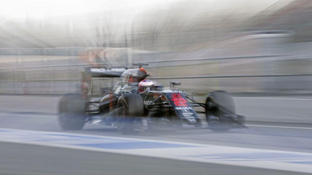 Foto: Jenson Button pilotando su MP4-31 en el asfalto barcelonés.