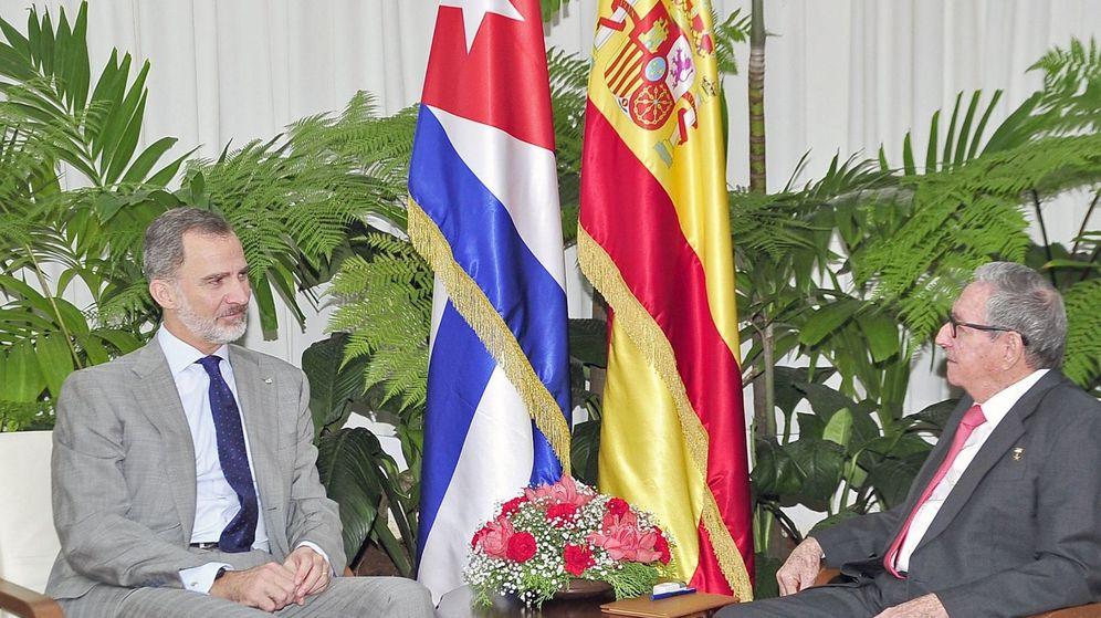 Foto: Felipe VI hablando con el expresidente de Cuba y actual líder del Partido Comunista del país (PCC), Raúl Castro. (EFE / Estudios Revolución)