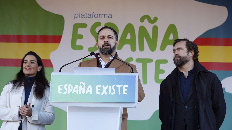 El líder de Vox, Santiago Abascal (c), junto a Iván Espinosa de los Monteros y Rocío Monasterio. (EFE)