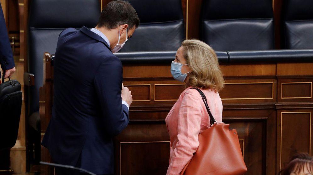 Foto: El presidente del Gobierno, Pedro Sánchez, conversa con la vicepresidenta económica, Nadia Calviño. (EFE)