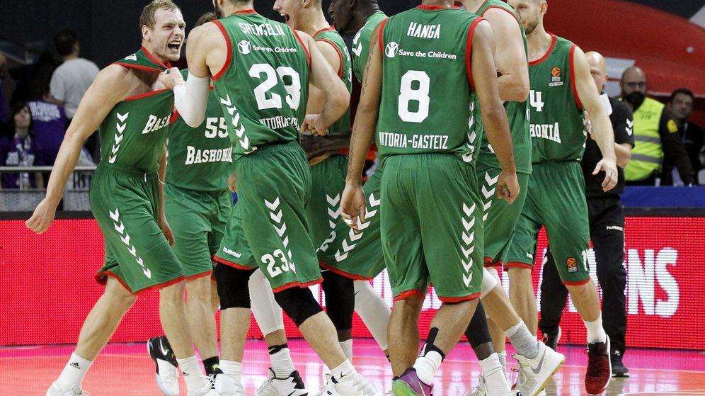 Foto: Los jugadores del Baskonia celebran el último triple de Blazic (Víctor Lerena/EFE)