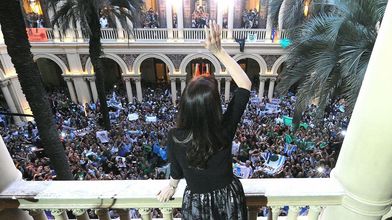 Cristina Kirchner saluda a simpatizantes en una imagen de archivo (Efe).
