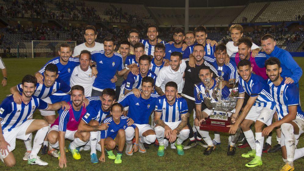 Foto: La plantilla del Recreativo de Huelva con el trofeo Colombino. (EFE)