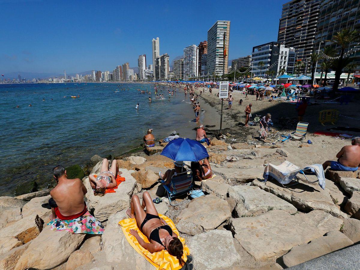 Foto: Turistas acuden a las playas de Benidorm. (EFE)