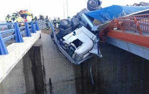 Un accidente en la M-45 deja un camión a 9 metros de altura