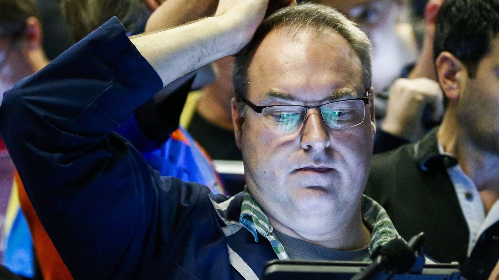 Foto: Un agente del mercado mira una pantalla de cotizaciones en Chicago. (EFE)