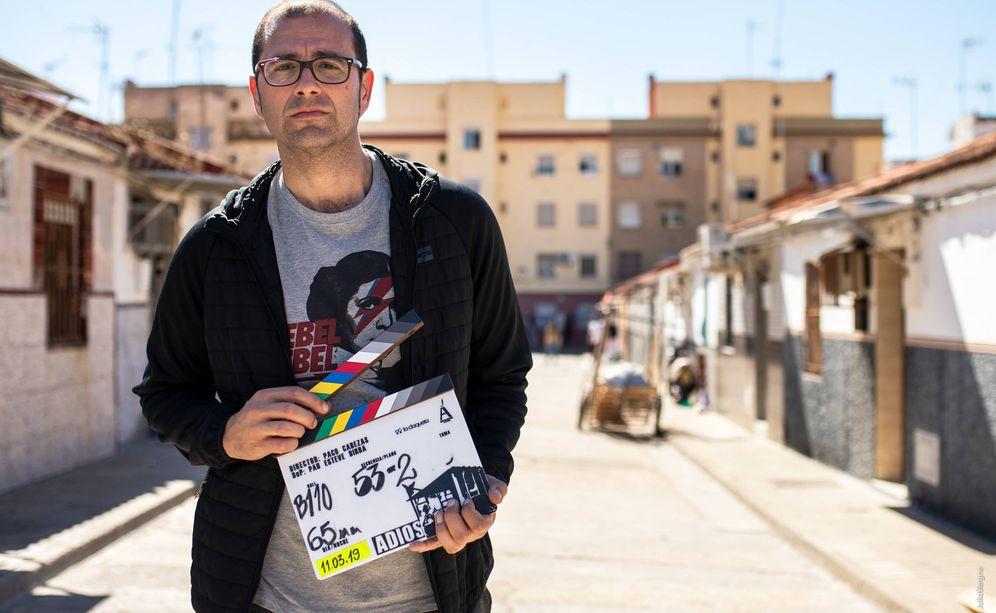 Foto: Paco Cabezas en Sevilla durante el rodaje de 'Adiós'. (Julio Vergne)