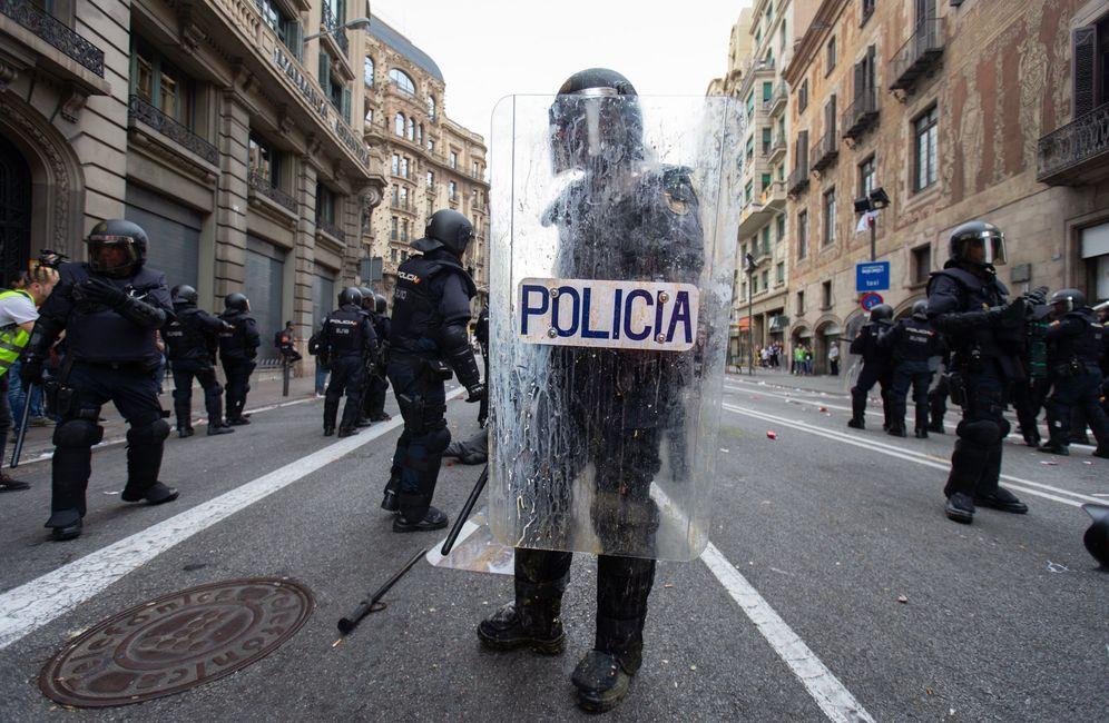 Foto: Agentes antidisturbios de la Policía Nacional en Barcelona. (EFE)