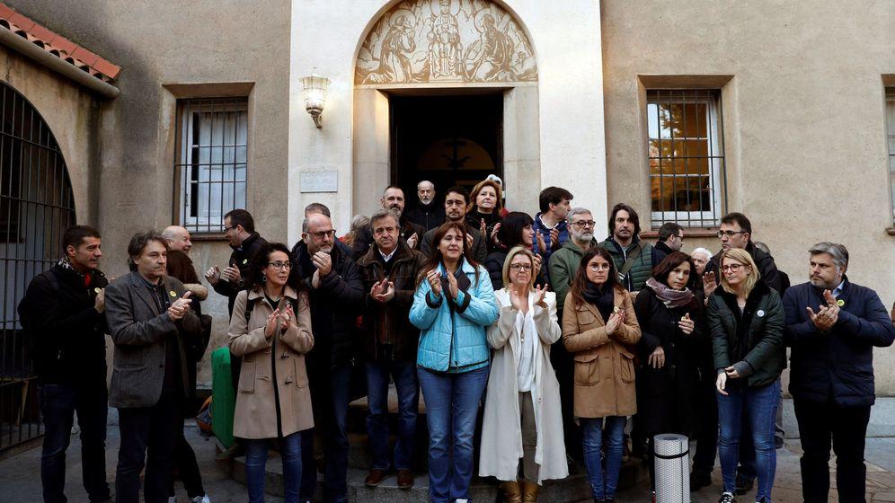 Foto: Las conselleras Elsa Artadi (2d) y Laura Borràs, entre los diputados y activistas que hoy han iniciiado un ayuno de 24 horas. (EFE)