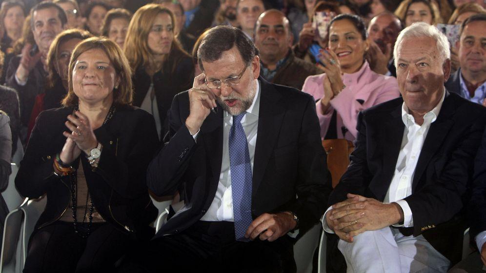 Foto: El presidente del Gobierno en funciones, Mariano Rajoy (c), conversa por teléfono poco antes de intervenir en un mitin. (EFE)
