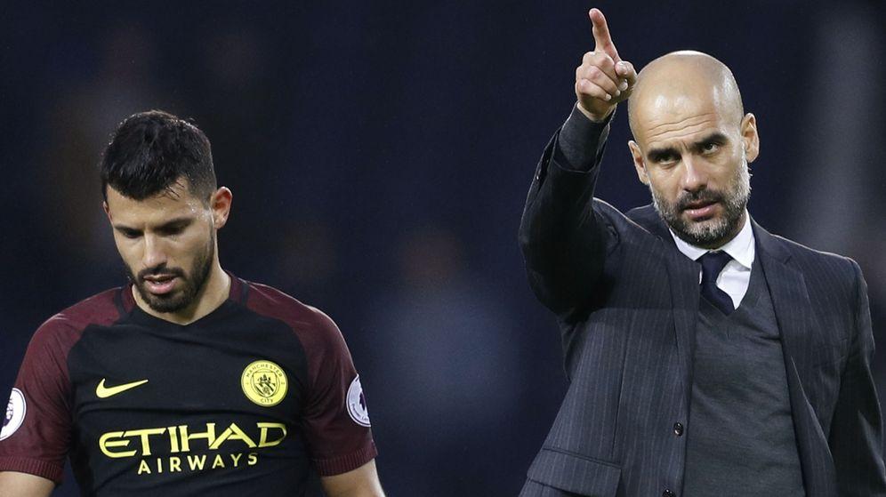 Foto: Pep Guardiola, junto al Kun Agüero, durante un partido del Manchester City. (REUTERS)