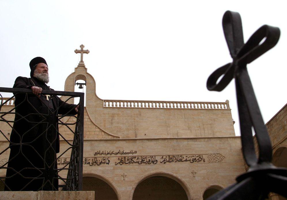 Foto: Un sacerdote del monasterio de San Mateo, en el monte Alfa, en el norte de Irak. El lugar se encuentra a tan solo 20 kilómetros de la frontera del 'Califato' (Reuters).
