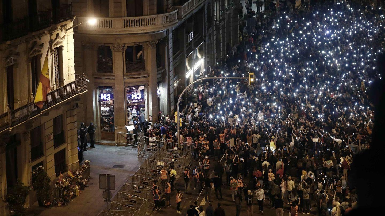 Miles de manifestantes, concentrados este domingo frente a la Jefatura Superior de Policía de Barcelona. (EFE)