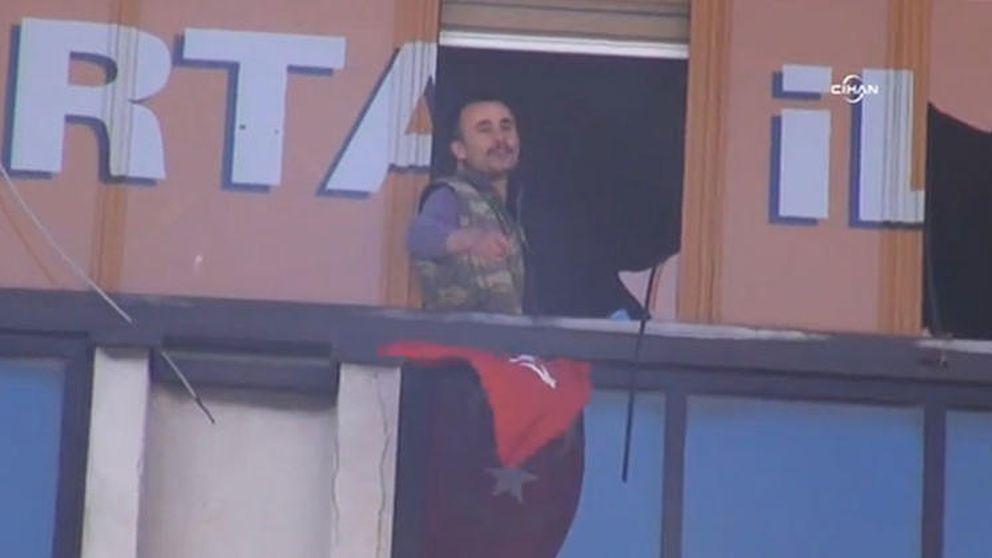 Personas armadas entran en las oficinas del partido en el poder AKP en Estambul