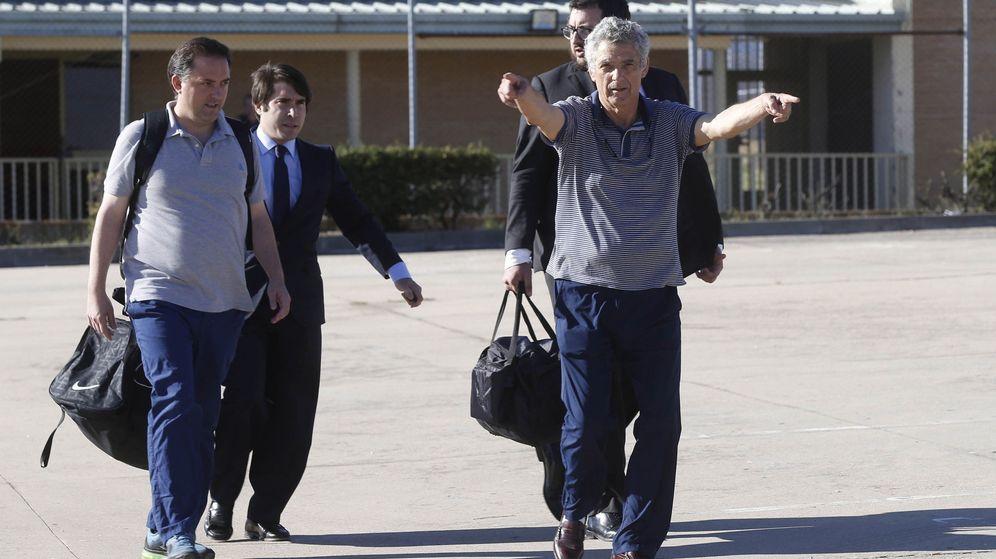 Foto: El expresidente de la Real Federación Española de Fútbol, Ángel María Villar, y su hijo Gorka, a su salida de la cárcel madrileña de Soto de Real. (EFE)