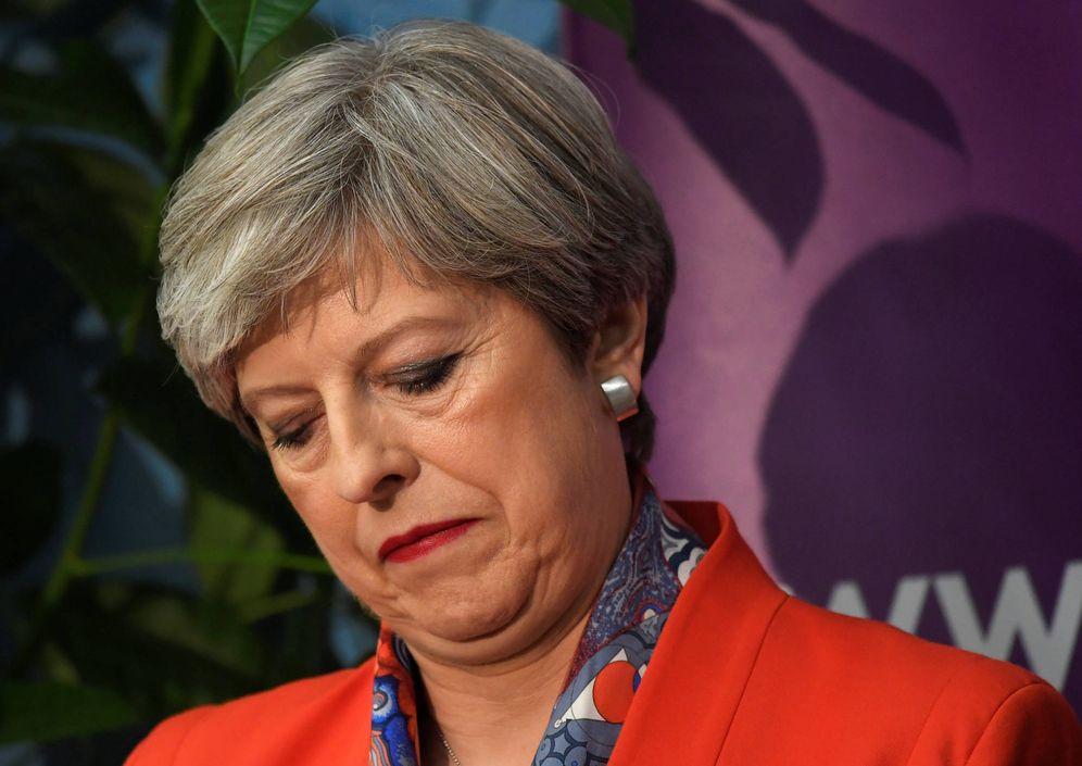 Foto: Theresa May sigue el recuento de votos en un centro de Maidenhead. (Reuters)