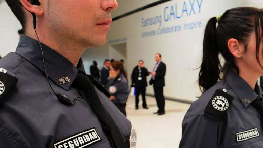 Foto: Dos agentes de seguridad en el MWC de Barcelona. (Ramón Costa/Demotix/Corbis)