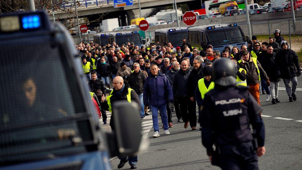 Foto: Taxistas bloquean una carretera cerca del aeropuerto Adolfo Suárez-Barajas durante la jornada de huelga. (Reuters)