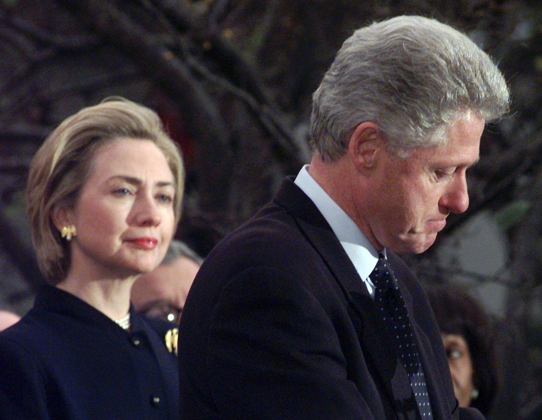 Foto: Hillary Clinton y Bill Clinton durante un discurso en 1998 (Gtres)