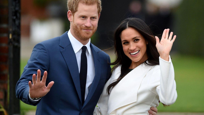 Meghan y Harry, durante el anuncio a medios de su compromiso. (EFE)