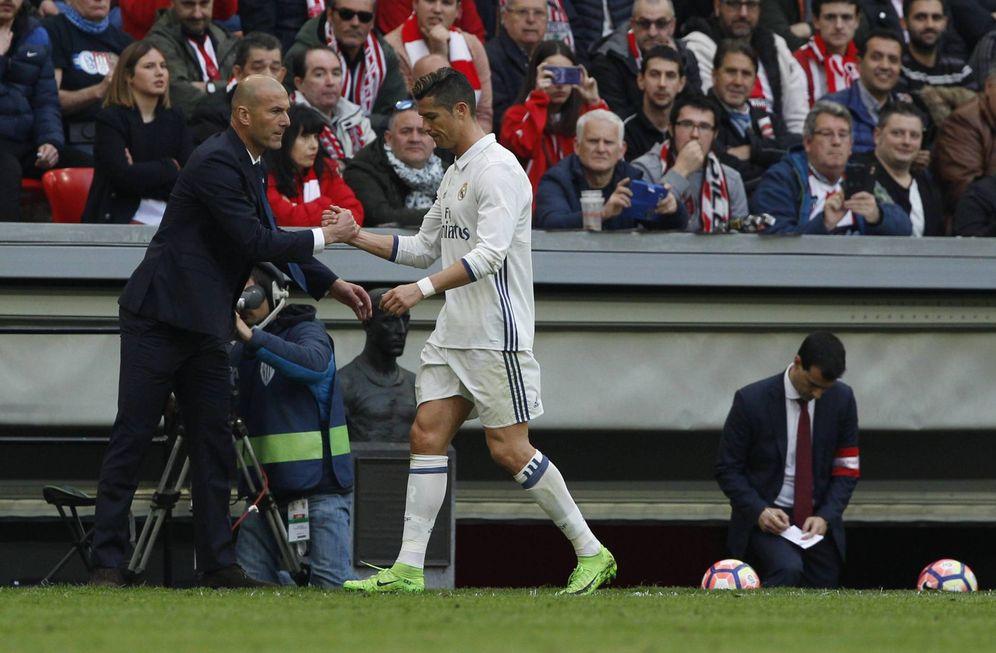 Foto: Zidane felicita a Cristiano Ronaldo tras retirar del campo al portugués. (Cordon Press)