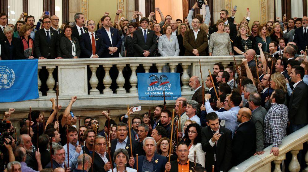 Foto: El presidente de la Generalitat, Carles Puigdemont, se dirige a los diputados y alcaldes en la escalinata del Parlament. (Reuters)