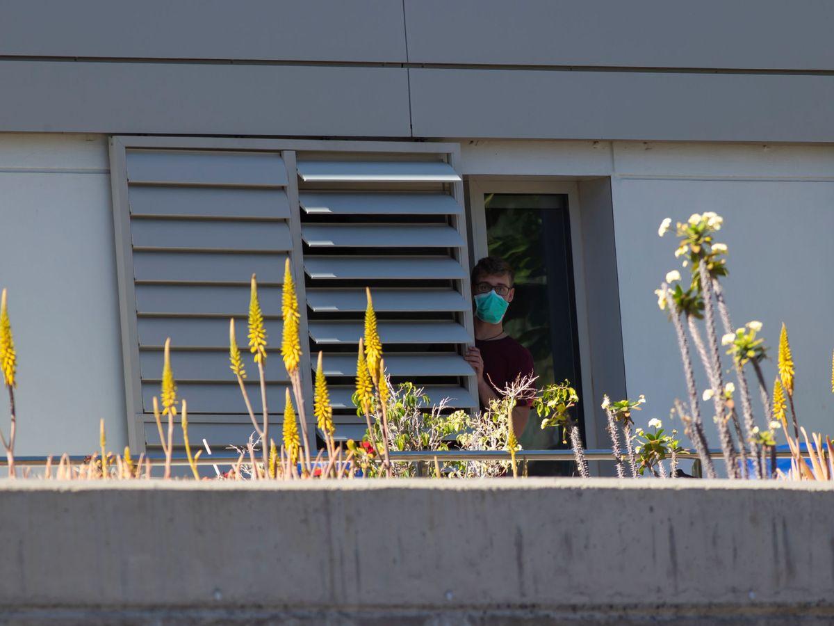 Foto: Un hombe en cuarentena en el hospital de La Gomera. (Reuters)