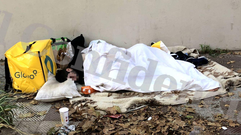 El repartidor de Glovo que duerme en la calle: No tengo dinero ni para una bicicleta