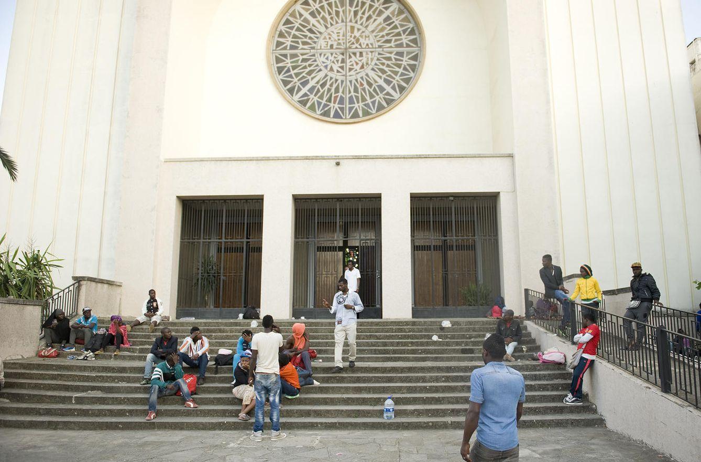 Foto: Inmigrantes subsaharianos a las puertas de la Catedral Española de Tánger (Foto: Rik Goverde)